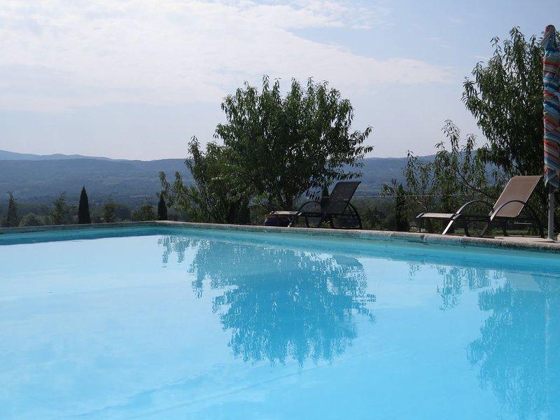 Belle maison , sur terrain 2500m² avec piscine privée, 4 chambres, 10 couchages, casa vacanza a Roussillon