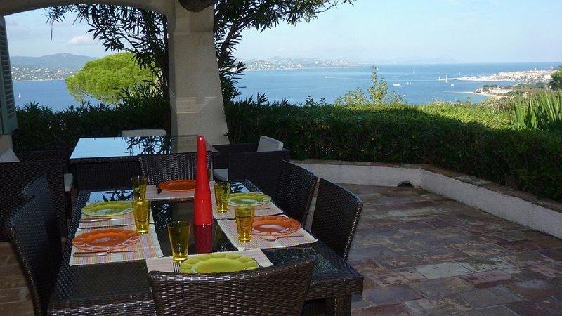 Villa avec piscine et vue exceptionnelle sur la baie de Saint-Tropez, holiday rental in Gassin