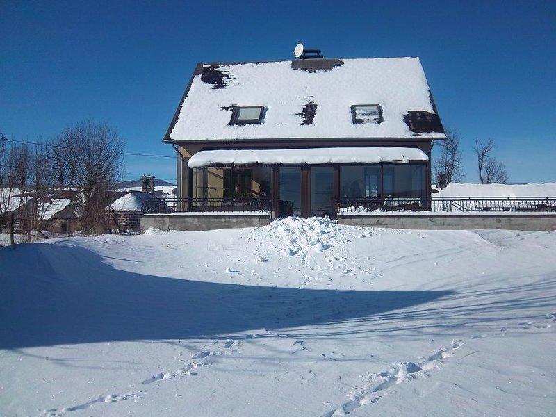 Gîte dans hameau a 5 km de BESSE. Remb si 2ème vague ou limite de déplacement, holiday rental in La Godivelle