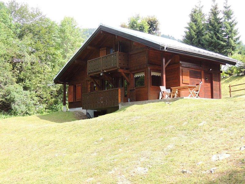 Joli Chalet de montagne avec parking et wifi, casa vacanza a Araches-la-Frasse