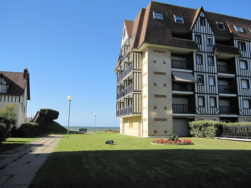 Appartement, Front de mer, 40m2 refait à neuf dans résidence, Cabourg, vacation rental in Cabourg