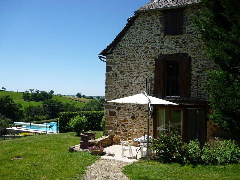 Un beau gîte de caractère avec une piscine privée, holiday rental in Rignac