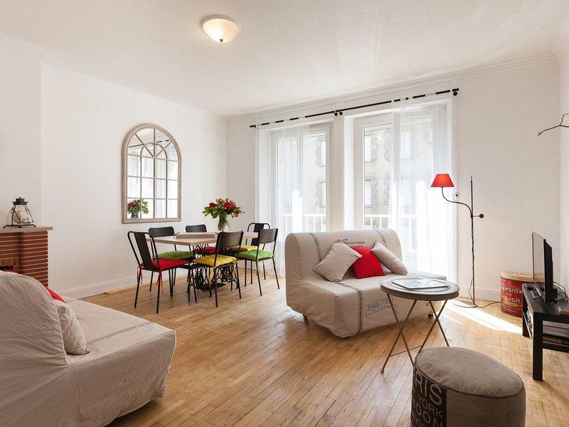 Bel Appartement de 70 m² rénové au cœur de la Cité Corsaire avec parking, aluguéis de temporada em Saint-Malo