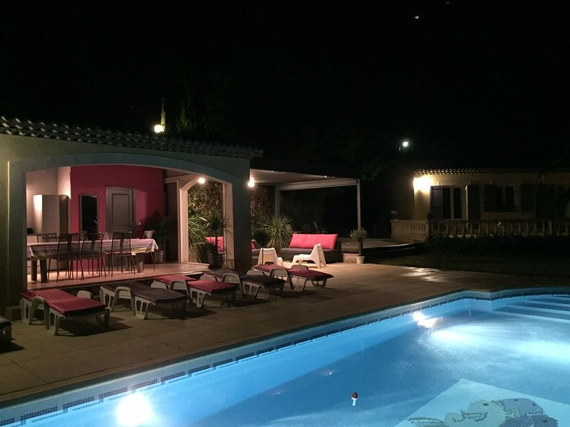 Maison provencale 4000 m2 de terrain vue imprenable sur l'étang, holiday rental in Istres