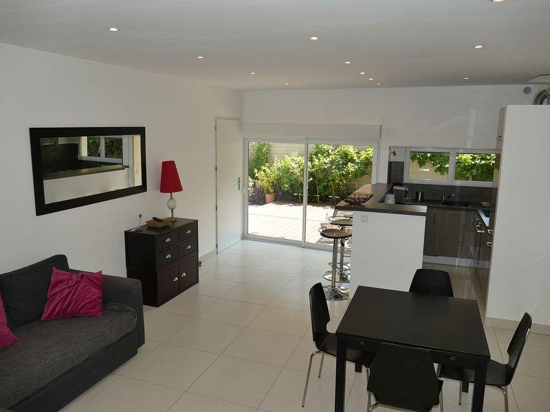 Superbe T2 Cassis, plein sud,  dans bas de villa  2-4 personnes, holiday rental in Cassis