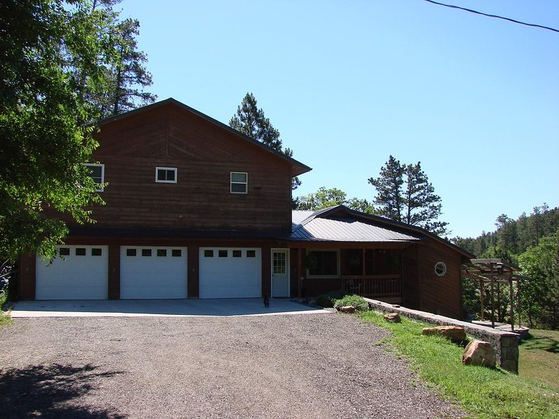 Perfect Central Black Hills Location! Serene Valley, Creek And Mountain Views., holiday rental in Keystone