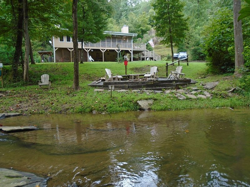 Private Cabin on fast flowing creek, vacation rental in Ellijay