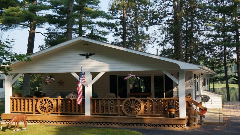 Cranberry Pines private vacation home on beautiful Cranberry Lake, vacation rental in Eagle River