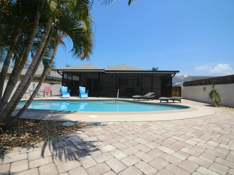Remodeled 2017,  Private south facing- heated pool, walk to beach, holiday rental in Naples