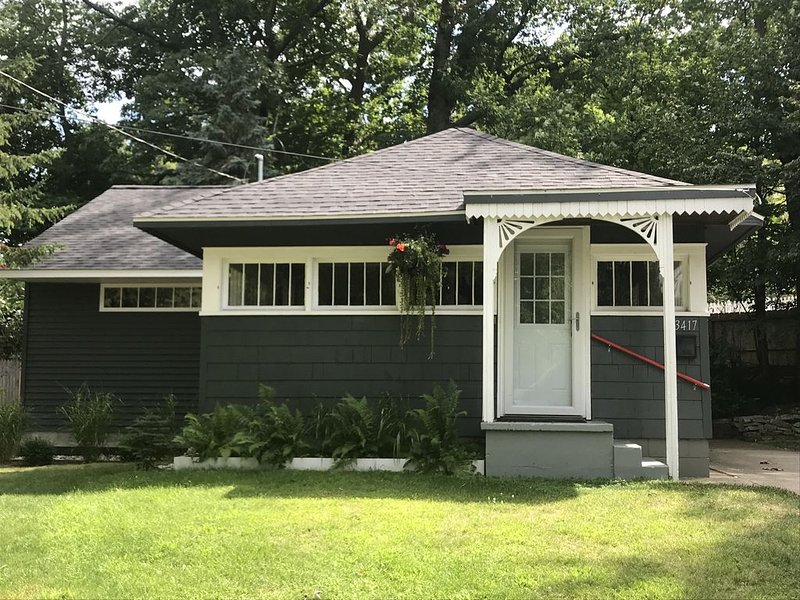Beach Bungalow in Historic Bluffton between the lakes, casa vacanza a Muskegon County