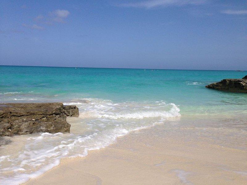 OCEANFRONT LUXURY HOME IN Private/gated RESORT (casino, beaches, pools, WiFi )+, alquiler de vacaciones en Bimini