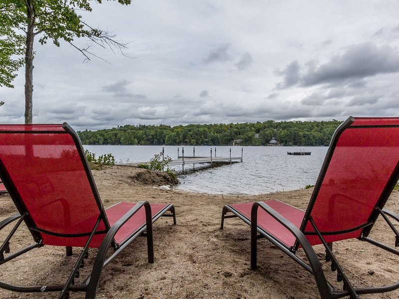 Authentic ME 4 BR log cabin on flat land, sandy beach, Little Sebago waterfront, alquiler de vacaciones en Pownal