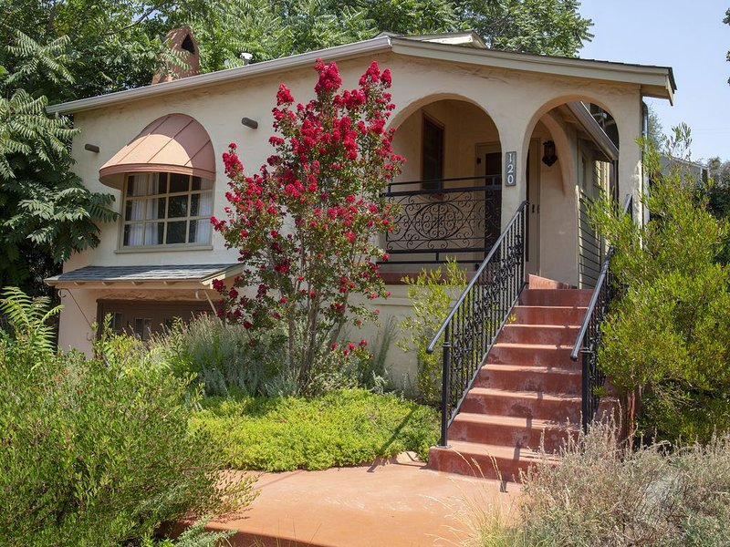 Enolas Cottage - Restored 1940's Quaint Cottage in the Heart of Sutter Creek, holiday rental in Barton