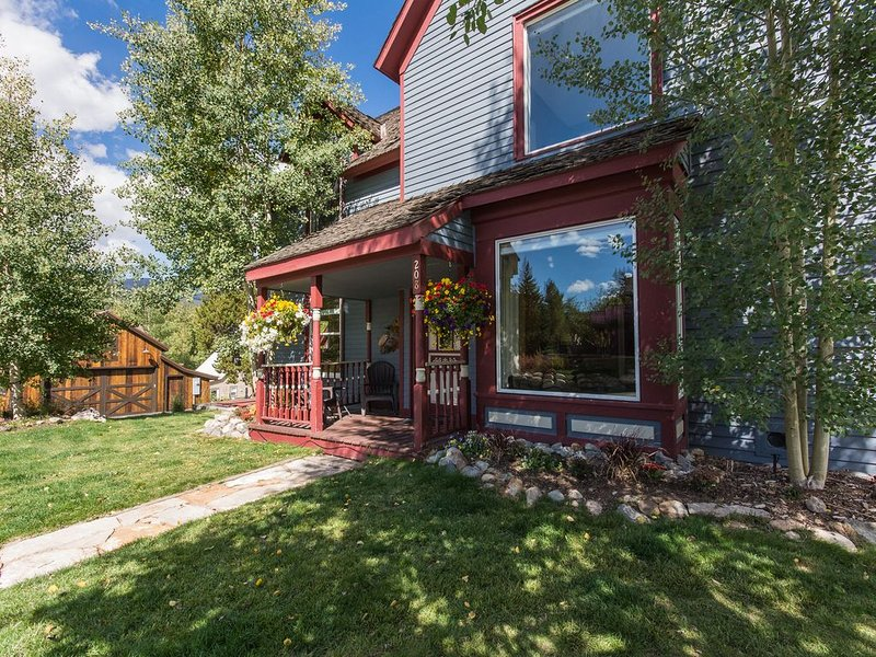 Super Location Walk Ski Ride! 6 Bedrooms in-Town Central HBO Internet Hottub, vacation rental in Breckenridge