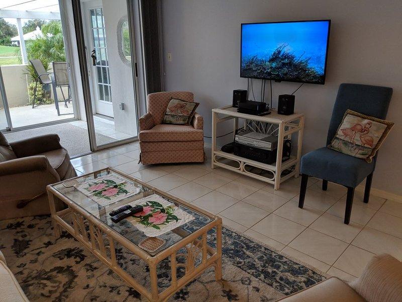 """Sala de estar Comcast HDTV de 40 """"e DVD com muitos lugares sentados"""