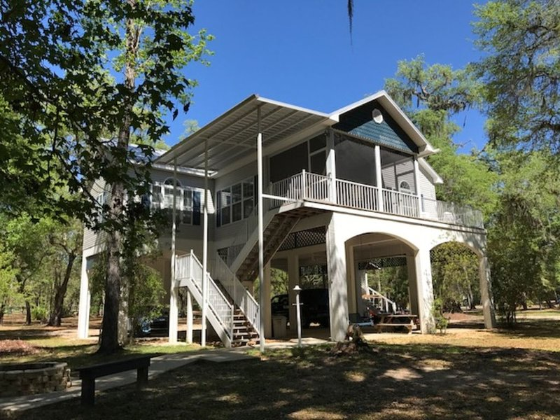 """RIVER WATCHER"" LUXURY SUWANNEE RIVERFRONT 3 BED 3 BATH ON QUIET 6+ACRES(1 of 3), alquiler de vacaciones en Bell"