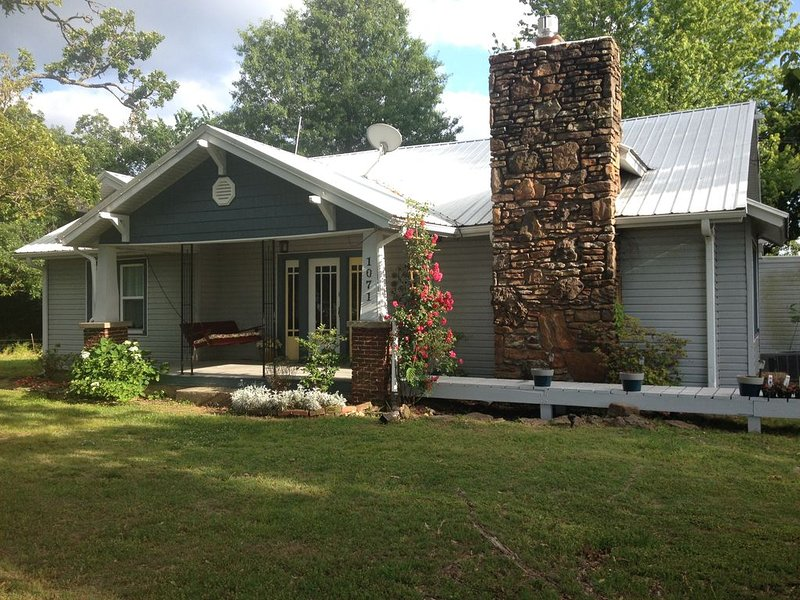 Katie Pearl Bungalow : Quiet retreat in the Ozarks, 15 minutes to Fayetteville, vacation rental in Springdale