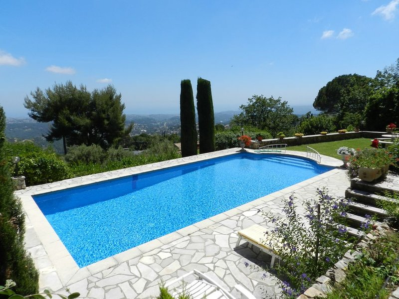 Beautiful Vence Villa and Pool Overlooking the Cote D'Azur Ideal for remote work, location de vacances à Vence