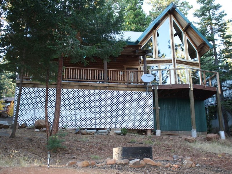 Log Cabin with Lake and Mountain Views, family friendly, 3 Bedroom, 2 Bath, WIFI, holiday rental in Prattville