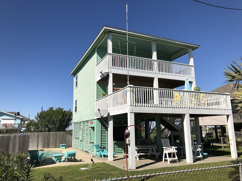 3rd Row Home! Close to everything! Pet friendly, Private Pool, Tiki Bar, alquiler de vacaciones en Crystal Beach