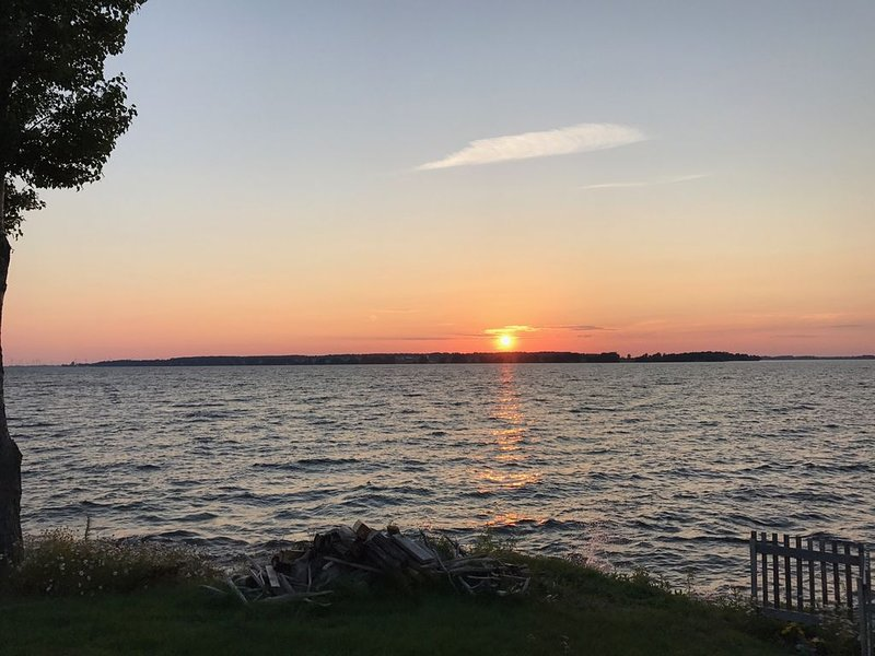 Great Sunset View Riverfront Cottage- Amazing Sunsets!!, vacation rental in Cape Vincent