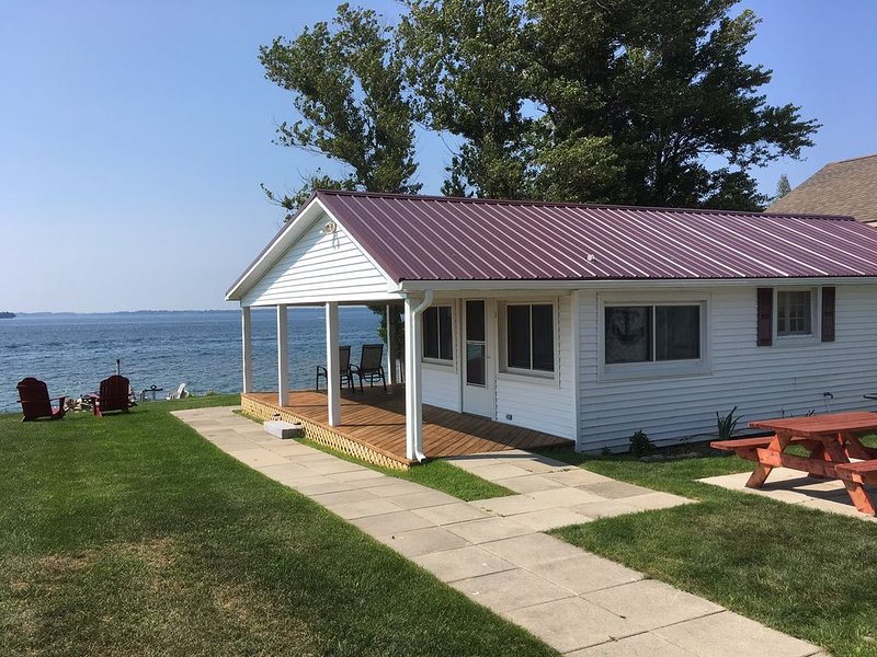 Great Sunset View Riverfront Cottage- Amazing Sunsets!!, holiday rental in Sackets Harbor