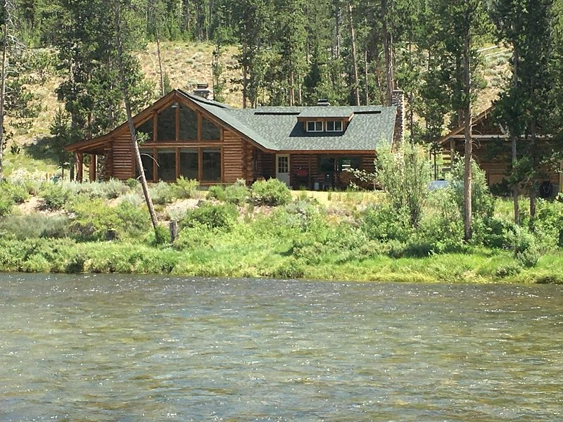 On The Banks Of The Salmon River! Beautifully Renovated Classic 1939 Cabin, location de vacances à Stanley