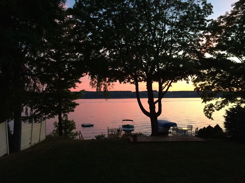 Three Birds Cottage: Level Skaneateles Lake Sunset Side, holiday rental in Ridgemont