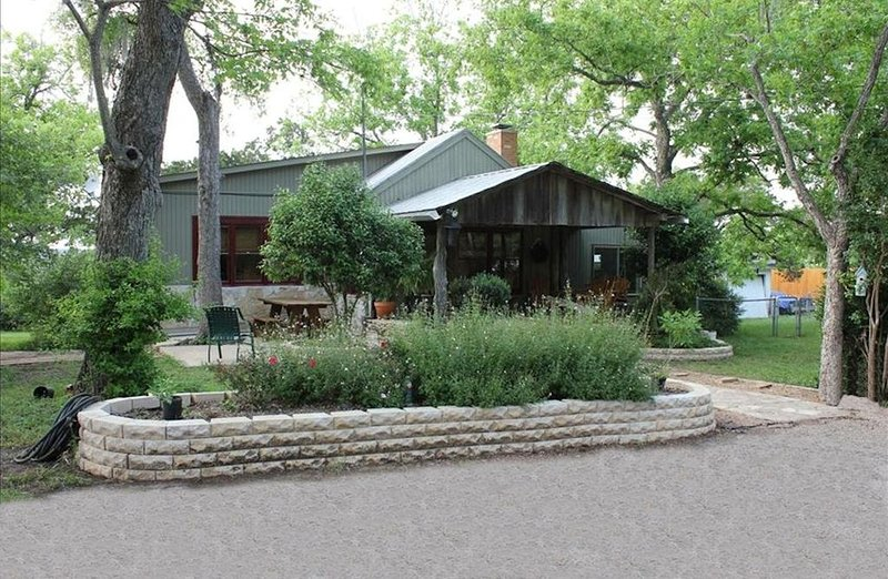 Cool Cottage  close to Bobcat Stadium, Texas State and San Marcos River!, vacation rental in San Marcos