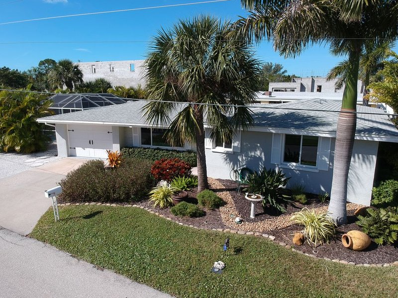 DOLPHIN HOUSE  Luxury on Water - Canal - Dock - boat lift, holiday rental in Longboat Key