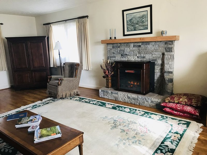 Craftsman Guest Cottage,  Meadows And Views,  15 Minutes From Downtown Asheville, holiday rental in Candler