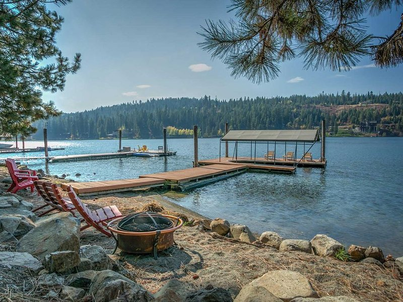 Beautiful Waterfront Retreat with Your Own Beach, A Large Deck & Personal Dock!, alquiler vacacional en Coeur d'Alene