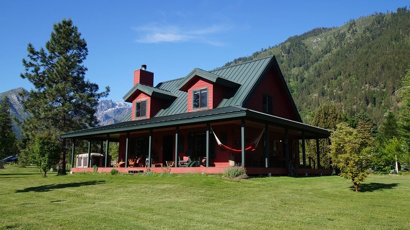 Serene mountain views, ONLY 5 minutes from Leavenworth, AND Dog Friendly!, alquiler de vacaciones en Leavenworth