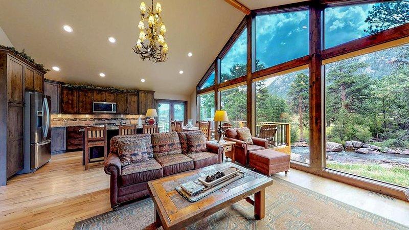 New Home w/Prime River Frontage &Views, w/AC, 1mi to Town & 2mi RMNPs,Deck&Patio, alquiler de vacaciones en Estes Park