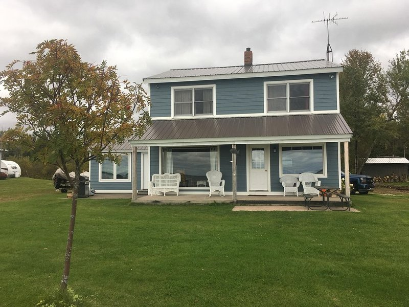 Lakefront Property, 15 miles North of St. Ignace and 15 miles East of Hessel!, alquiler de vacaciones en Mackinac County
