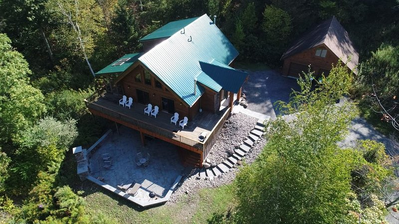 Very Private Log House Hot Tub, Outdoor Wood Fireplace, Convenient Location, casa vacanza a Richfield Springs