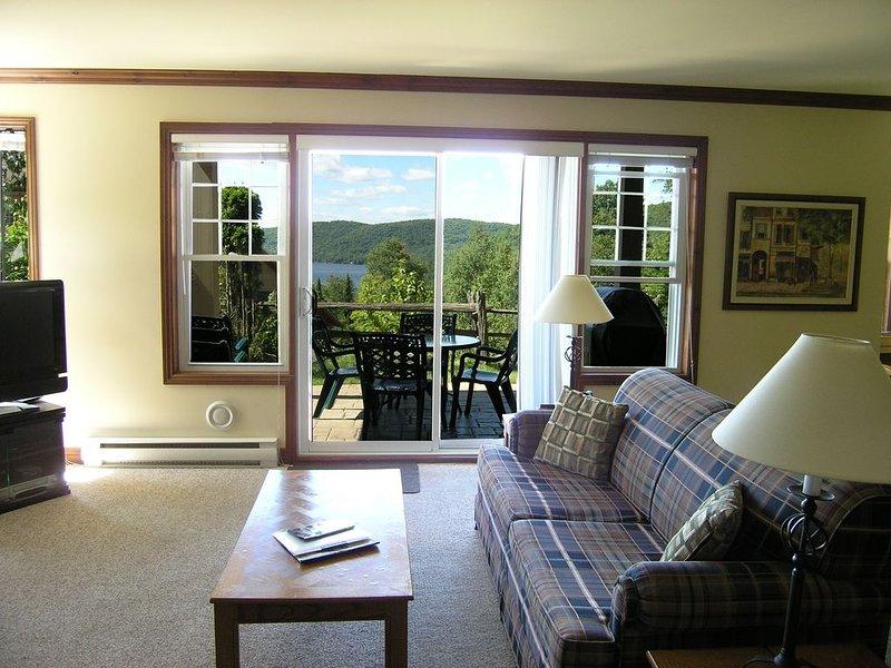 Mont Tremblant, High End 2 Bedroom Mountain Side Condo, Up Scale Resort, alquiler vacacional en Mont Tremblant