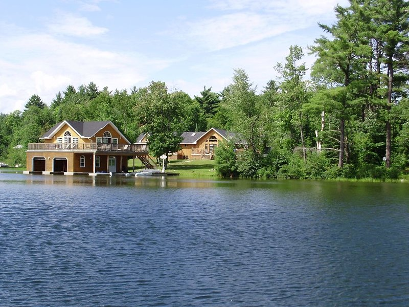 Lake Joseph, Muskoka - 7 Bedroom Family Cottage - Quiet Bay. Gorgeous setting. – semesterbostad i Northeastern Ontario