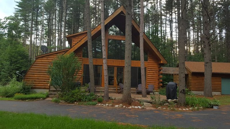**ONLY 20 MINS TO LAKE GEORGE!** Log Cabin on the Hudson, alquiler vacacional en Warrensburg