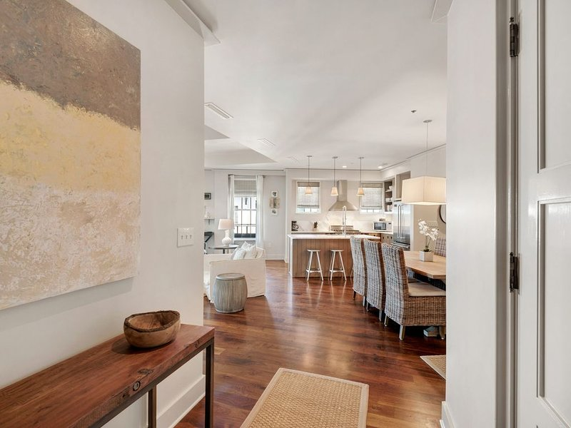 Immaculate Condo Overlooking Barrett Square with Reserved Parking!, alquiler de vacaciones en Rosemary Beach
