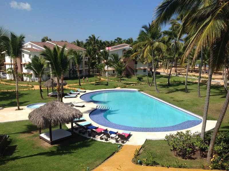 Pool & surrounding area. Our bldg is on the right, overlooking the beach.