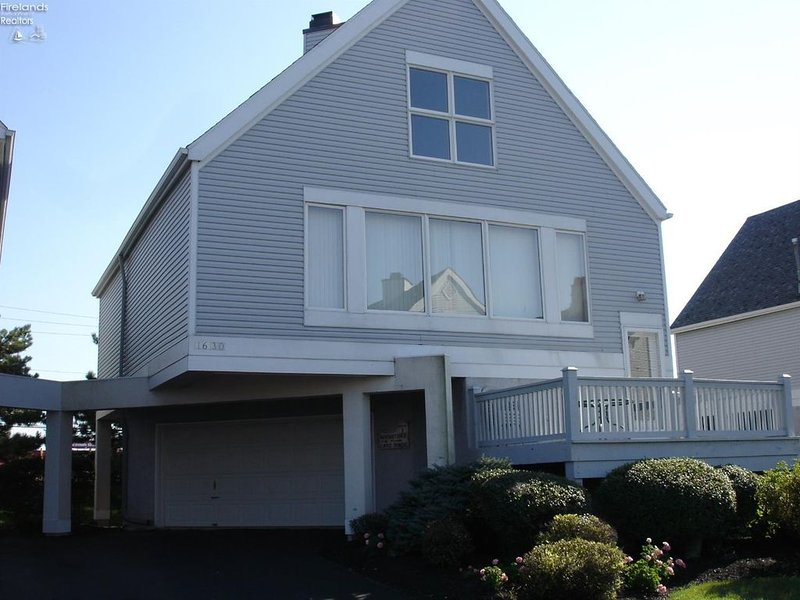 Waters Edge Vacation Home with Lake View., holiday rental in Port Clinton