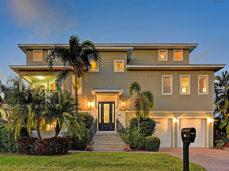 200' from Beach, Heated Pool and Spa, Upscale Furnishings, Elevator, Golf Cart, holiday rental in Holmes Beach