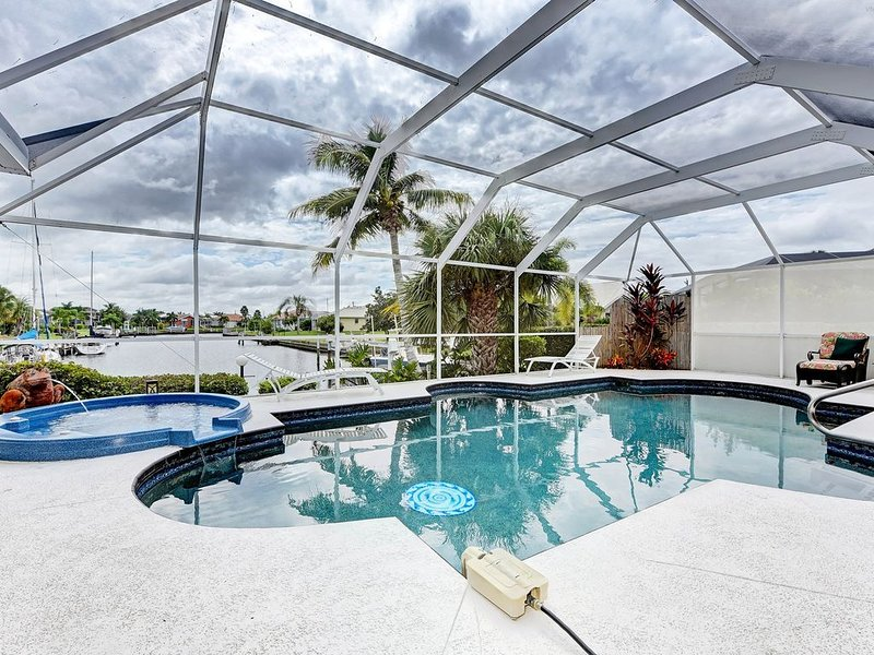 Luxurious Contemporary Vacation Awaits You! Hot tub/Heated Pool/Right on Canal!, casa vacanza a Punta Gorda