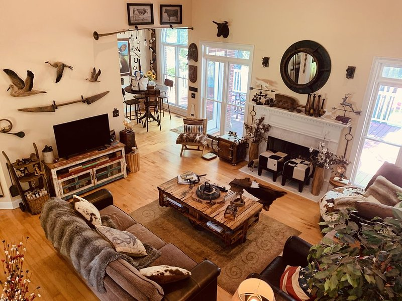 Lakefront Artsy/Spacious Reynolds Farm House w/Fire Pit (Kayak & SUPs incl.), casa vacanza a Greensboro