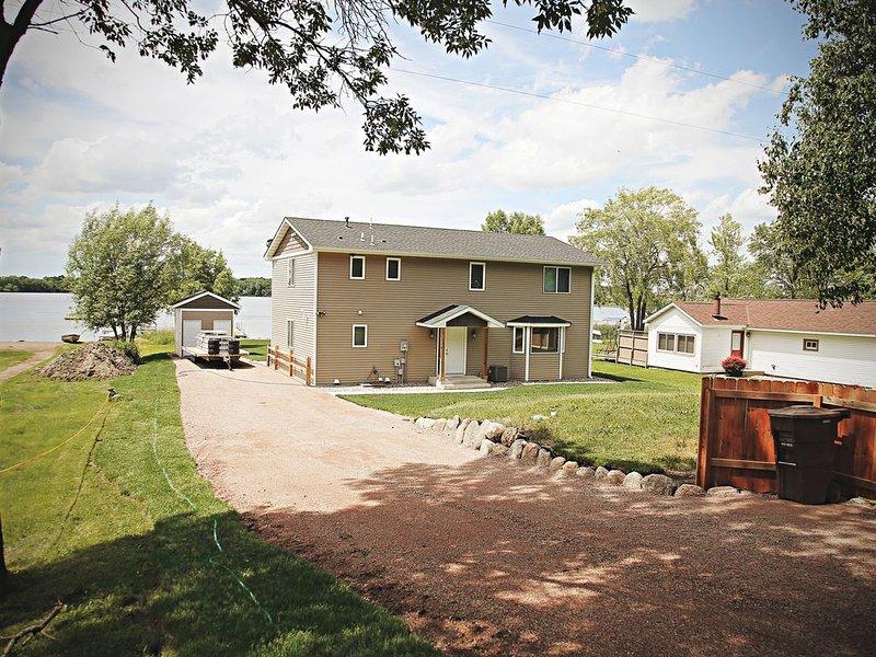 Beautiful 5 Bedroom, 3 Bath Lake Home, vacation rental in Buffalo