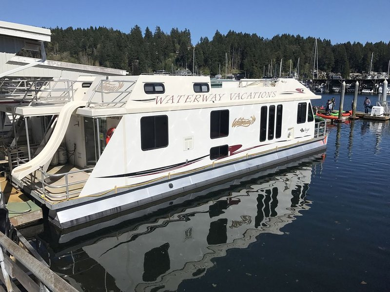 Deluxe 3 bedroom 6 bed houseboat for rent in beautiful downtown in Gig Harbor., casa vacanza a Gig Harbor