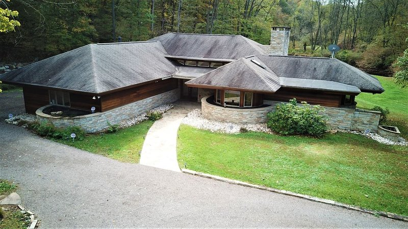 Luxuriant Frank Lloyd Wright Inspired Accommodations--The Dream House, location de vacances à Ohiopyle