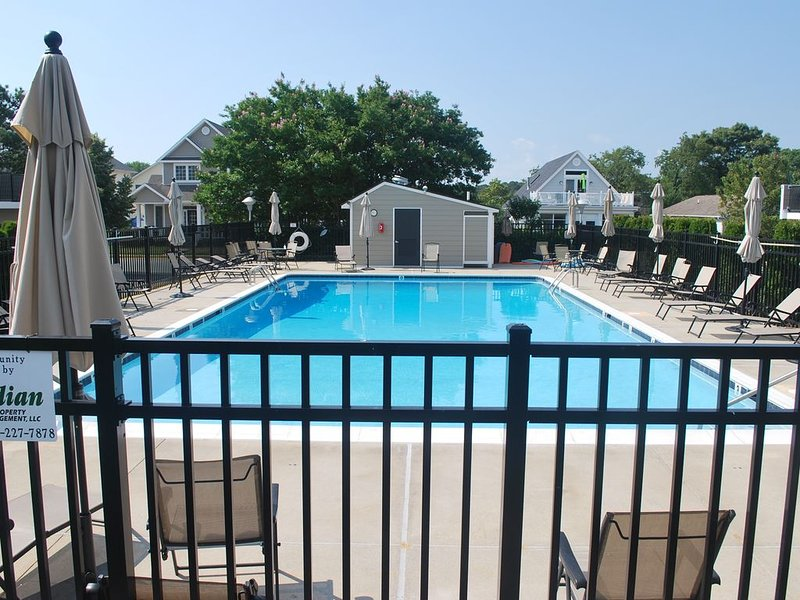Rehoboth Townhouse with Pool! 3 Blocks to Beach! (NEXT TO VRBO LISTING #956165), location de vacances à Rehoboth Beach