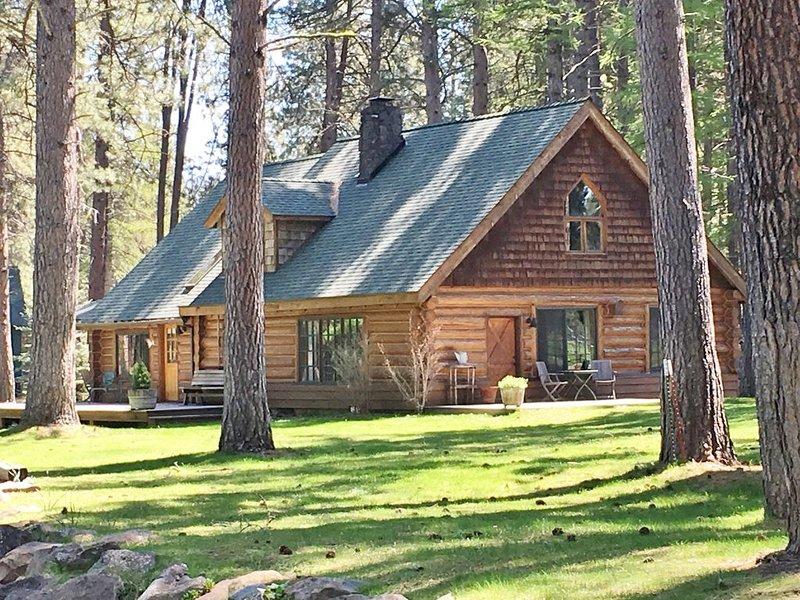 Camp Sherman log house on private 32 acre creekside estate, aluguéis de temporada em Camp Sherman